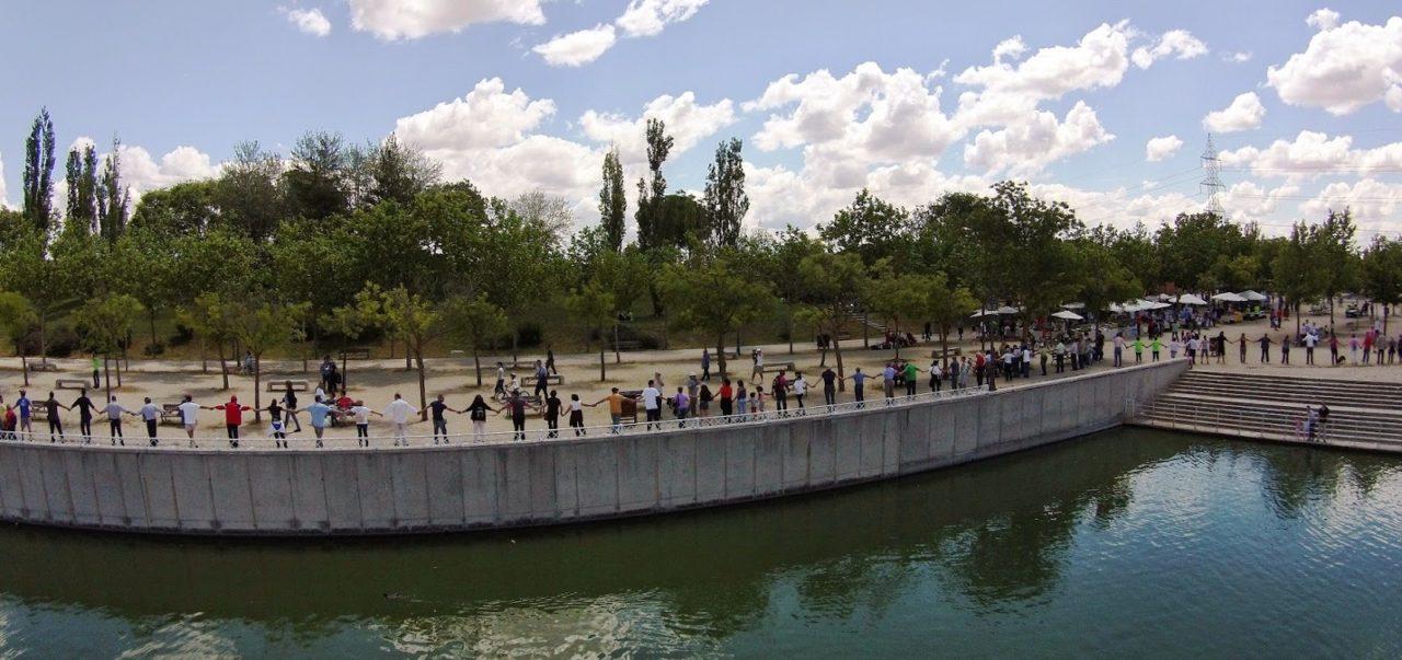 1J: un abrazo simbólico expresó la oposición vecinal a la construcción de un cable esquí en el parque de Polvoranca