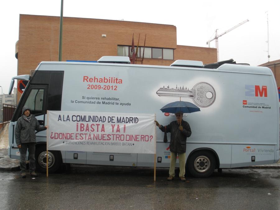 """Batán rechaza con una pancarta el """"autobús de las falsas promesas"""" del Gobierno regional"""