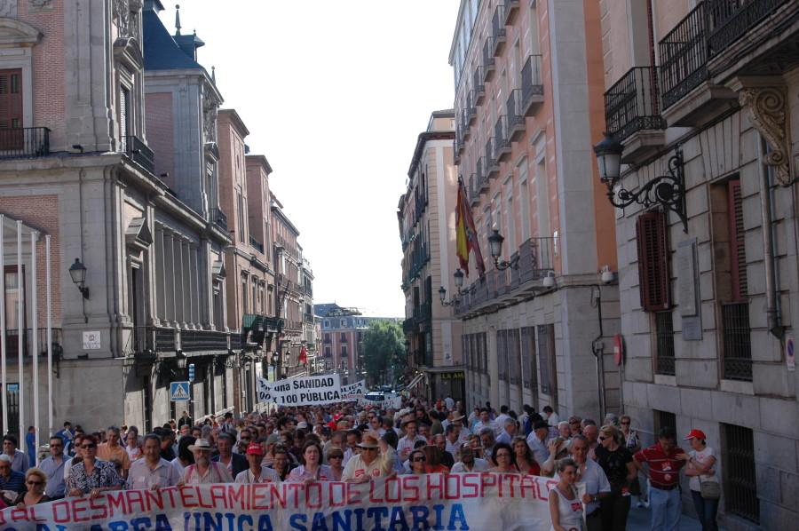 Centenares de personas ocupan el centro de la capital para protestar contra el decreto de área sanitaria única