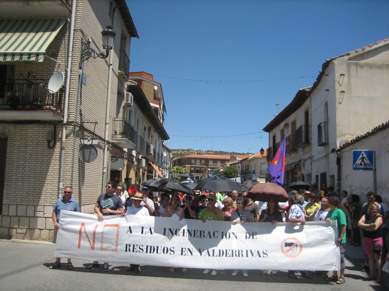 Centenares de personas se manifiestan contra la incineración de residuos en la cementera de Morata de Tajuña