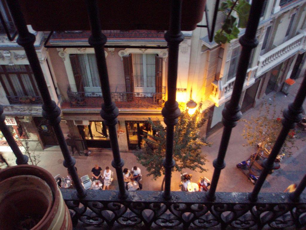 Comerciantes de Ópera adelantarán una hora el cierre de sus terrazas para mejorar la convivencia vecinal