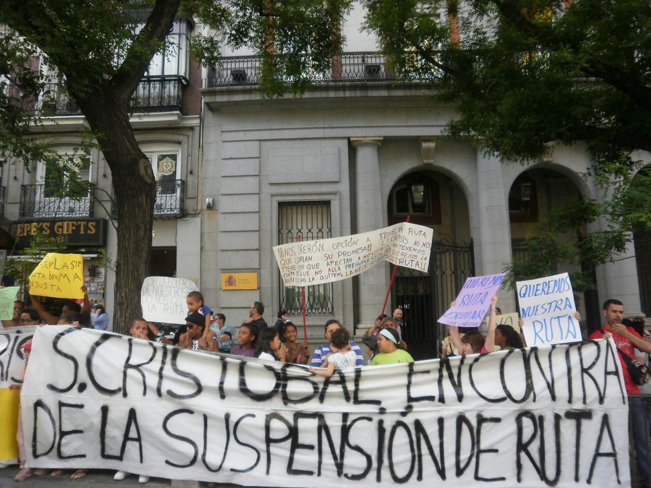 Decenas de alumnos se concentran para denunciar la supresion de su ruta de transporte escolar en San Cristobal de los Angeles (Villaverde)