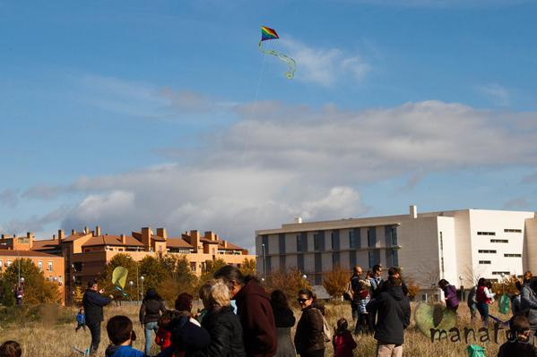 El PAU de Vallecas envía cometas verdes a Lucía Figar