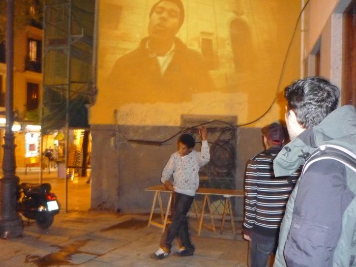 El Rapeadero estrena videoclip proyectándolo en la fachada de un edificio de Lavapiés