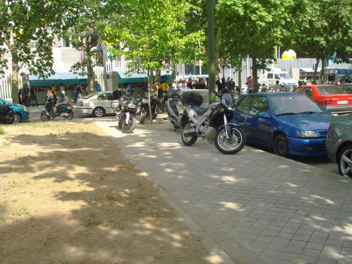 """El aparcamiento """"VIP"""" de la Caja Mágica inunda de vehículos mal aparcados el barrio de San Fermín"""