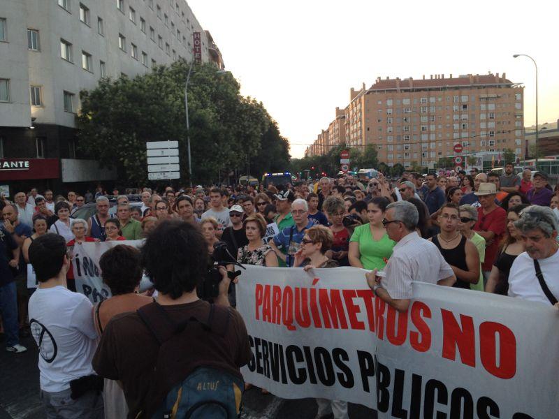 El barrio Casa de Campo se echa a la calle contra los parquímetros