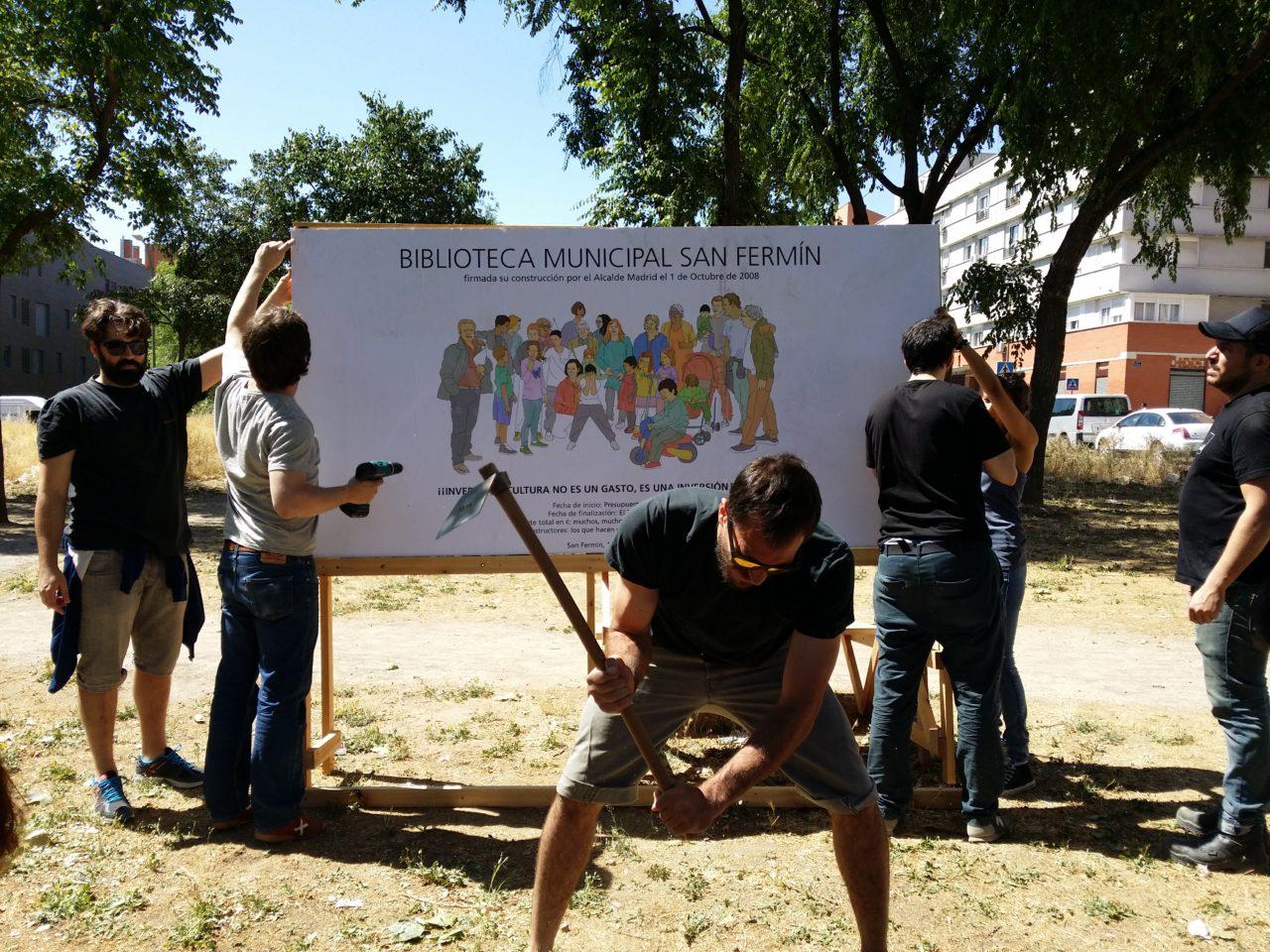 El barrio de San Fermín coloca la primera piedra de la biblioteca comprometida por el Ayuntamiento en 2008
