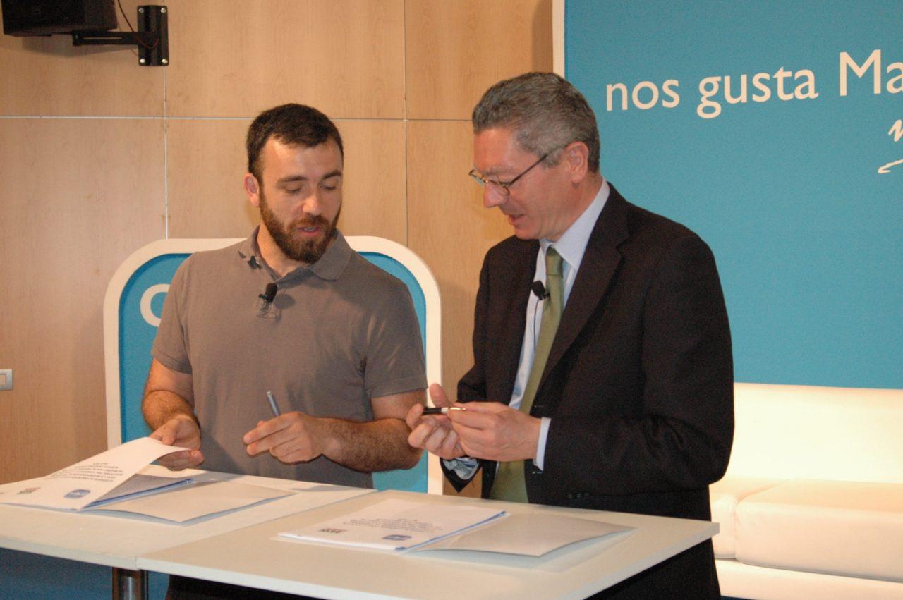 El candidato del PP a la alcaldía de Madrid firma un acuerdo de compromisos electorales con la FRAVM