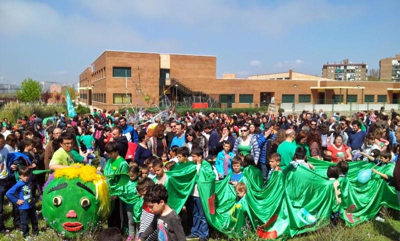 El vecindario del PAU de Vallecas coloca la primera piedra simbólica de un colegio y de un instituto