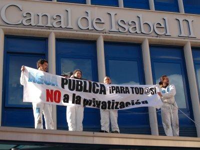 Encadenados a la gestión pública del agua: acción de protesta en las oficinas del Canal