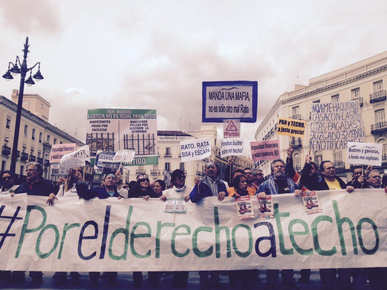 Familias afectadas por los desahucios y por la venta de viviendas públicas salieron a la calle por el Derecho a Techo