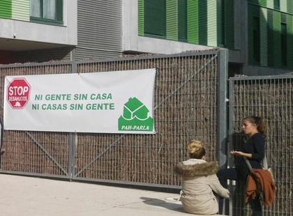 Goldman Sachs celebra los tres años de la compra de las viviendas del IVIMA con el desahucio de dos familias en Parla