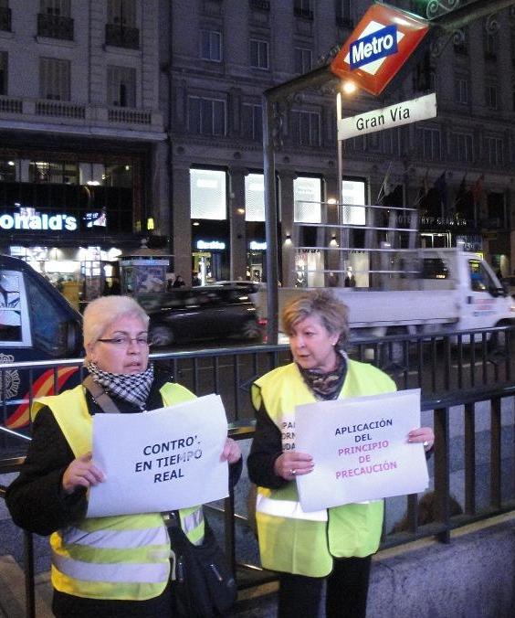 La FRAVM lleva la protesta contra la contaminación electromagnética a la puerta de Telefónica