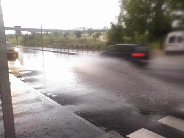 La avenida de los Rosales se vuelve a inundar tras su reforma