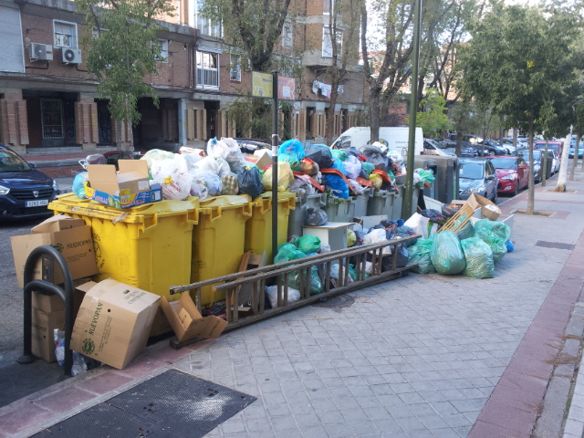 La basura se acumula en los barrios periféricos de Madrid