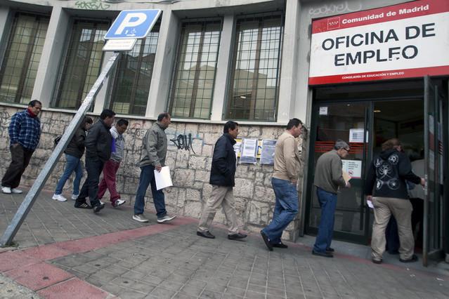 La búsqueda de empleo, una carrera de obstáculos para los parados de Carabanchel y Latina