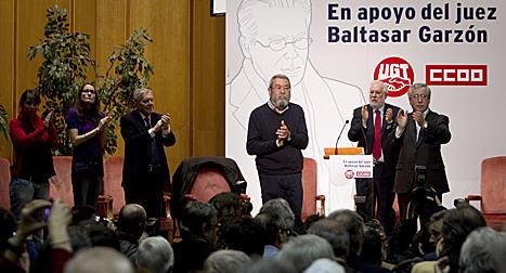 La ciudadanía secunda un acto multitudinario de apoyo al juez Baltasar Garzón