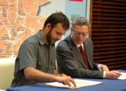 Las asociaciones vecinales firman los Planes de Barrio, un programa para el desarrollo de 16 zonas desfavorecidas de Madrid