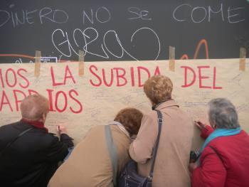 Las asociaciones vecinales llevan al Ayuntamiento un papelógrafo contra el catastrazo de Gallardón