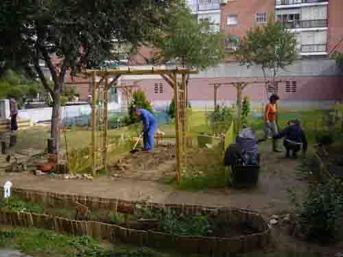 Las asociaciones vecinales siembran la idea de promover huertos urbanos comunitarios