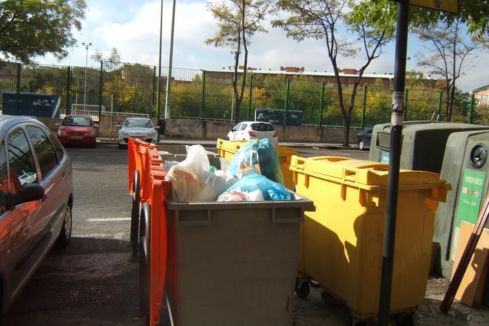 Las asociaciones vecinales y los trabajadores de limpieza se movilizan contra la suciedad de las calles