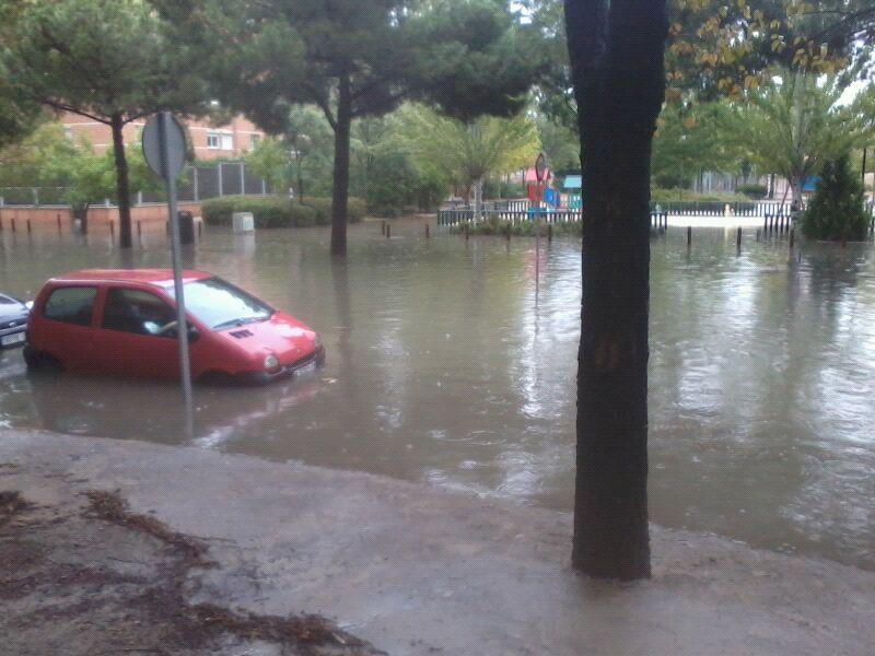 Las lluvias vuelven a poner de manifiesto la necesaria reforma de la avenida de Los Rosales