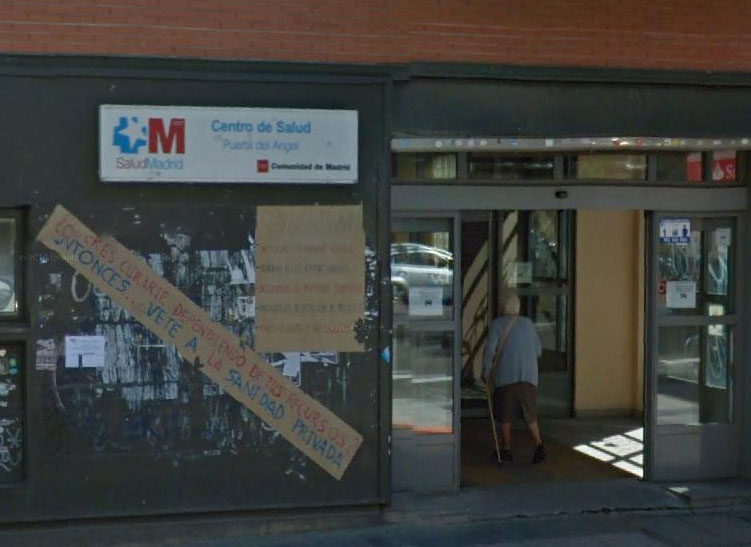 Latina denuncia las consecuencias de la clausura de parte del centro de salud Puerta del Ángel