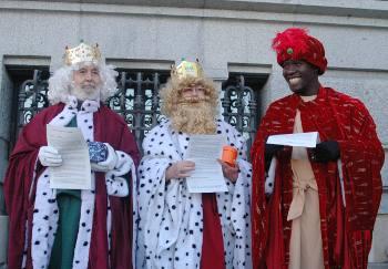 Los Reyes Magos de los barrios de Madrid llevan carbón a Cibeles