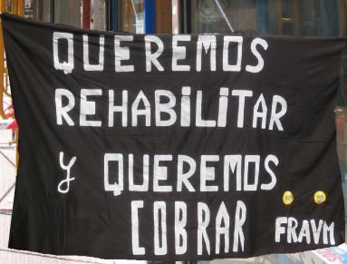 Los afectados por el impago de las ayudas a la rehabilitación llevan su protesta al Gobierno regional