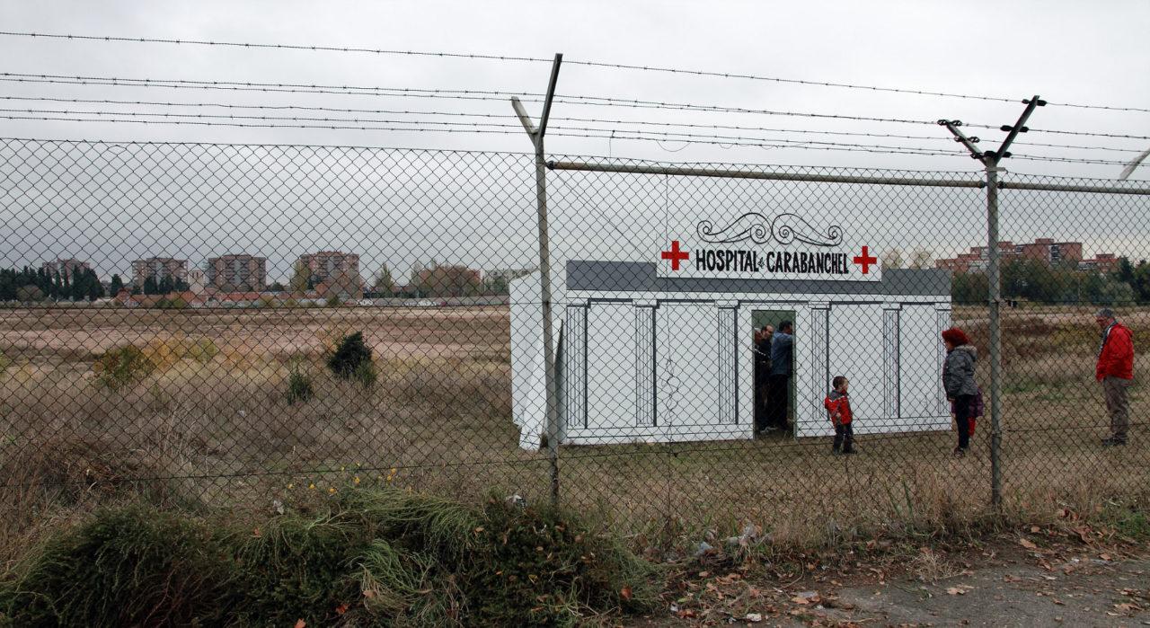 """Los vecinos """"inauguran"""" un hospital en los terrenos de la antigua cárcel de Carabanchel"""