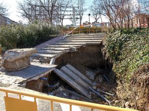 Los vecinos repararán los baches de Aluche ante la desidia municipal