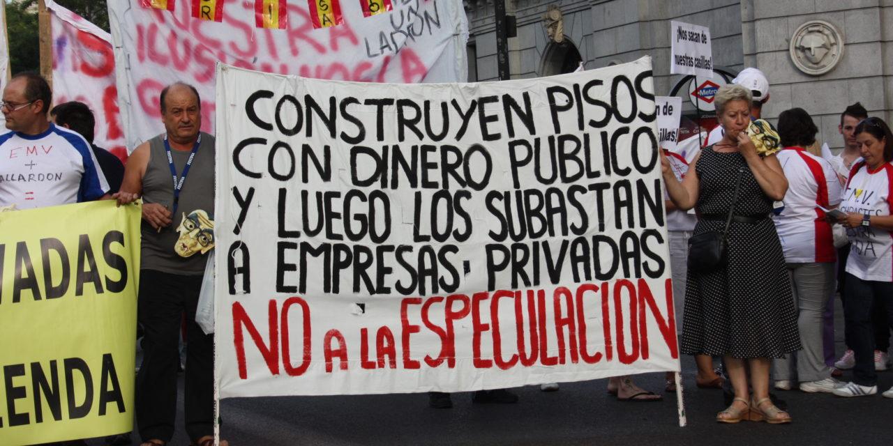 Miles de personas se manifiestan contra la venta de viviendas públicas de la EMVS