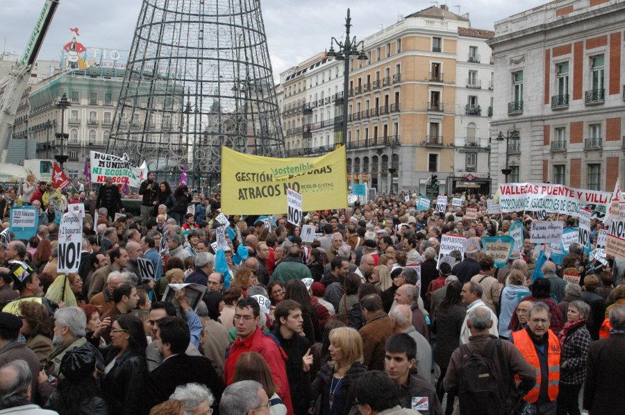 Miles de vecinos piden la retirada de la tasa de la basura en la Puerta del Sol