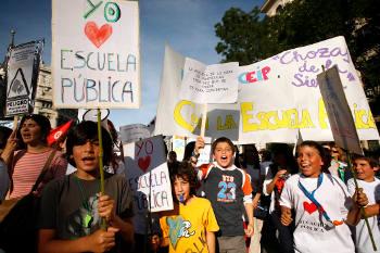 """Profesores, AMPAs y alumnos de Vallecas se unen contra el """"creciente abandono"""" de la educación pública"""