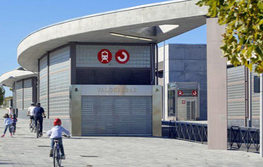 Quien la sigue la consigue: Valdebebas festeja la apertura de su estación de Cercanías
