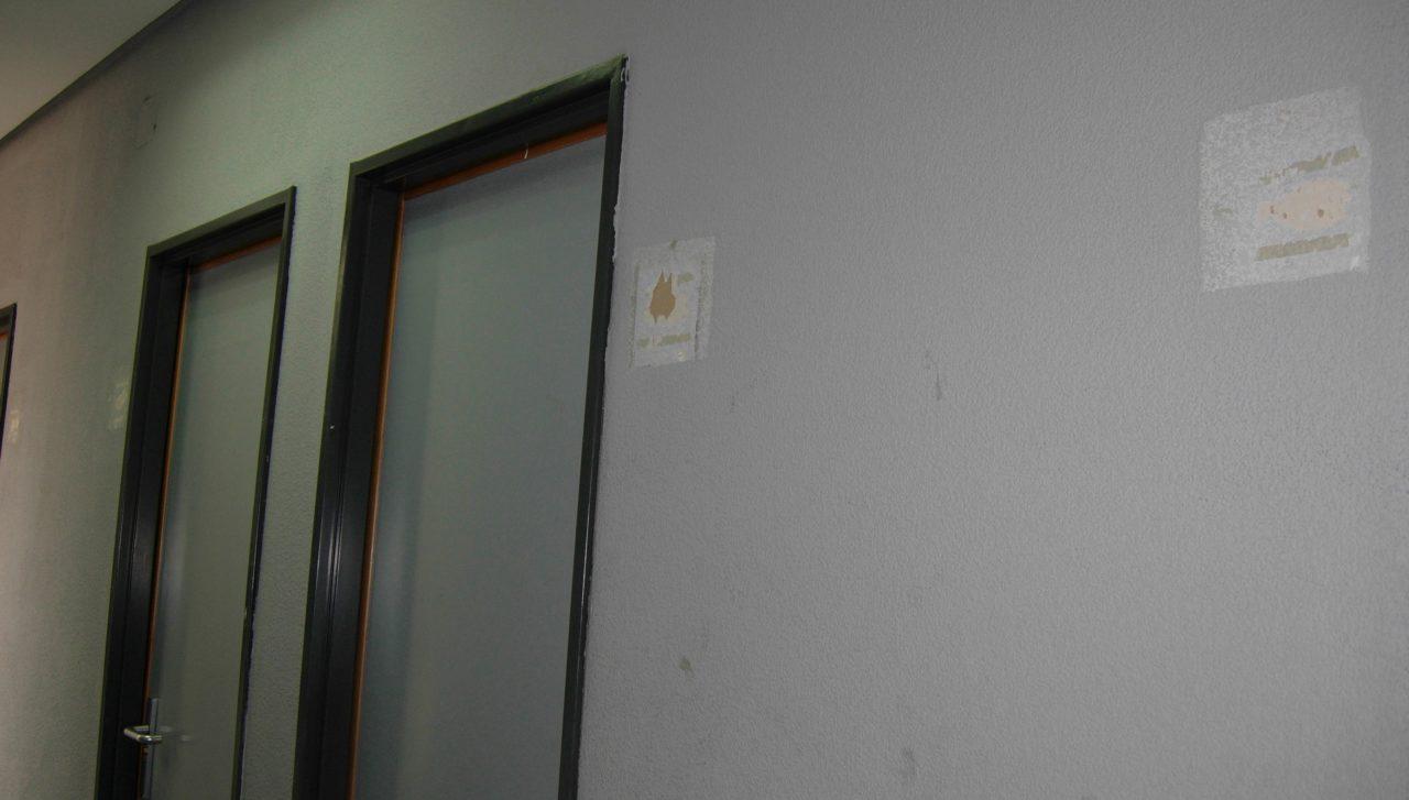 Seis de los siete aseos del centro de salud de Canillejas, clausurados desde hace un año y medio