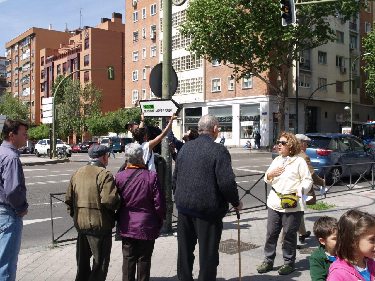 Siete años después de su inauguración, los vecinos de Adelfas señalizan el parque Martin Luther King