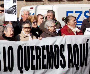 Un bus con personas mayores llega a la Consejería de Sanidad para pedir el mantenimiento del centro de especialidades de Fuencarral