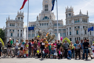 """Una cadena de regantes """"rodeó"""" el Ayuntamiento de Madrid"""