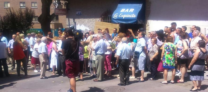 Una concentración vecinal consigue paralizar el desahucio del bar La Esquinita