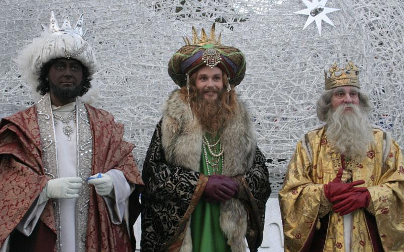 Vecinos de Hortaleza entregan carbón a la Junta Municipal por impedir la celebración de la Cabalgata popular de Reyes