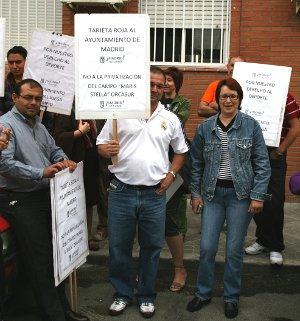 Vecinos de Orcasur (Usera) reciben al alcalde con una protesta contra la privatización del campo de fútbol Maris Stella