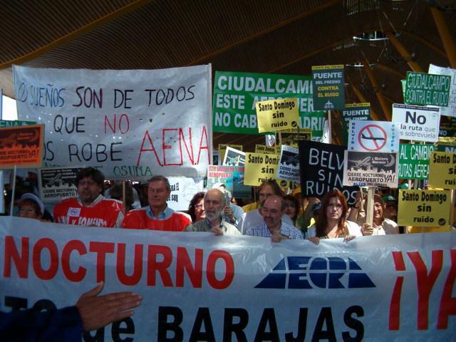 Cientos de vecinos claman por el cierre nocturno del aeropuerto de Barajas