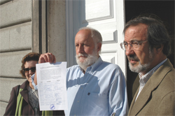 Los vecinos de Alameda de Osuna entregan las primeras 1000 firmas contra la venta de su antigua iglesia