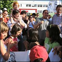 Más de 200 personas se concentran en Carabanchel contra la apertura de una gasolinera