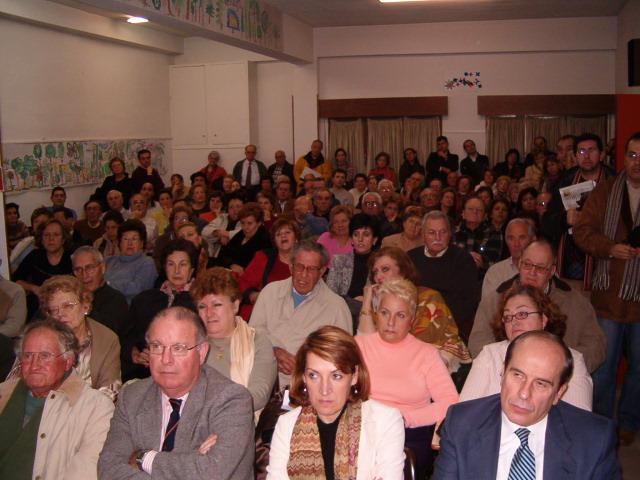 Más de ciento cincuenta vecinos de Santa María de la Cabeza se reúnen en asamblea extraordinaria