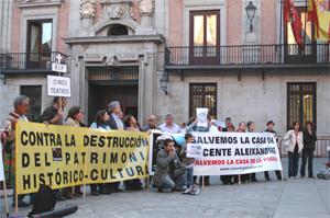 Medio centenar de personas se concentra en la Plaza de la Villa en defensa del patrimonio cultural madrileño