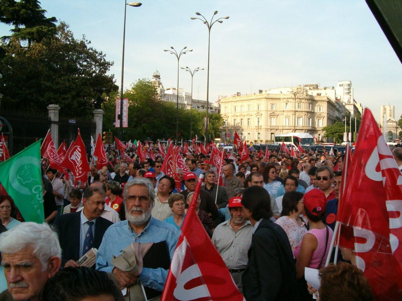 Miles de personas salen a la calle en defensa de la educación pública