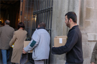 Sindicatos y vecinos entregan más de 74.000 firmas contra la privatización de los polideportivos municipales