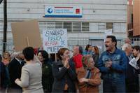 Un centenar de vecinos contra las listas de espera en Puente de Vallecas